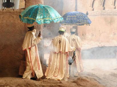 Reise in Äthiopien, Äthiopisch orthodoxe Priester auf dem Weg in die Kirche in Lalibela