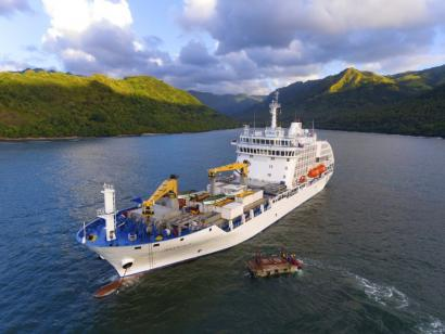 Reise in Französisch-Polynesien, Aranui 5 in Bucht