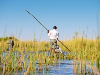 Reise in Botswana, Die ursprünglichste Art, das Okavango-Delta zu bereisen: im Mokoro (Einbaum)