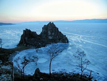 Baikal-Eistrekking Mit der bepackten Pulka, dem traditionellen Transportschlitten, zu Fuß über das Eismeer mit Zeltlager
