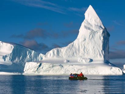 Reise in Antarktis, Im Kajak kann man fast lautlos zwischen den Eisbergen gleiten