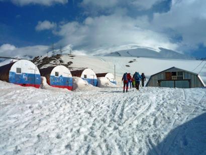Reise in Russland, Rechts ist der Aufstieg auf den Elbrus gut sichtbar.