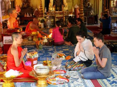 Reise in Kambodscha, Goldene Zinnen, steinerne Spitzen – Südostasiens schönste Tempel Die alte Königsstadt Luang Prabang und Angkors mystische Tempel mit der Kamera und Michael Lohmann entdecken