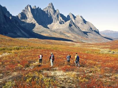 Reise in Kanada, Wanderer beim Abstieg vom Portage Pass mit Blick auf den Portage-Gletscher