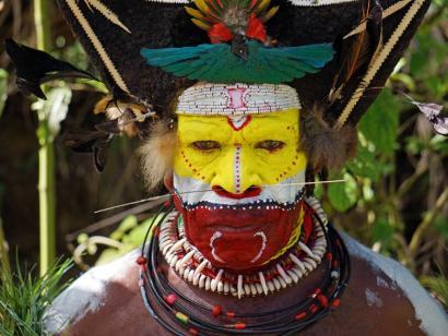 Reise in Papua-Neuguinea, Ein Huli-Stammesmann in voller Bemalung
