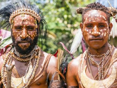 Goroka und Kutubu – Festivals der Kulturen Faszinierende Stammestreffen: weltbekannte Goroka-Show und Kutubu-Fest abseits der Wege mit Raffael S. Ferrer