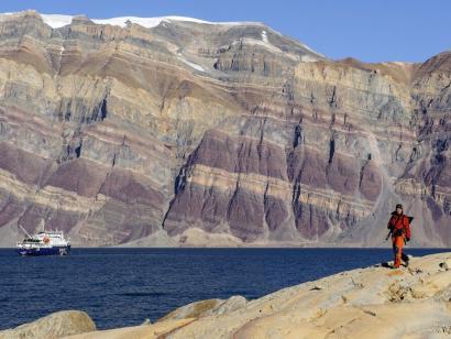 Herbstlicher Farbrausch in der Arktis Spannende Kombination dreier arktischer Perlen: Gletscher, Laubfärbung, Eisberge und Nordlichter