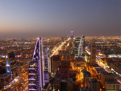 Reise in Saudi-Arabien, Blick auf das Kingdom Trade Centre am Horizont, Riad