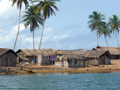 Reise in Elfenbeinküste, Flussufer während einer Bootsfahrt