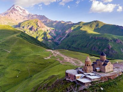 Reise in Aserbaidschan, Dreifaligkeitskirche vor dem Berg Kasbek, Georgien.