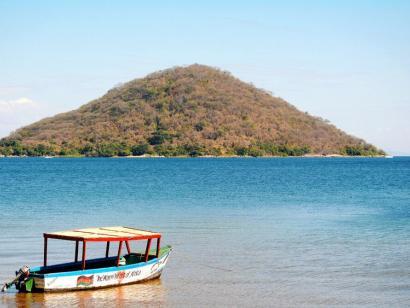 Tiere, Baden, Teeplantagen Kultur und vielfältige Natur auf Bergen, Plateaus und am Malawi-See in Kombination mit Sambia