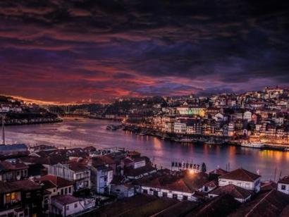 Reise in Portugal, Blick auf Porto bei Nacht