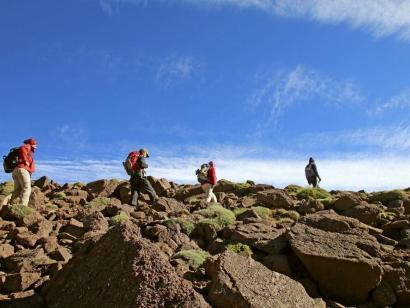 Reise in Marokko, Blauer Himmel, Rote Jacken, Braunes Gestein