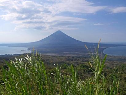 Reise in Nicaragua, Vulkankraterausbruch mit fließender Lava und Rauch. Der Masaya-Vulkan nahe Managua nach Sonnenuntergang.