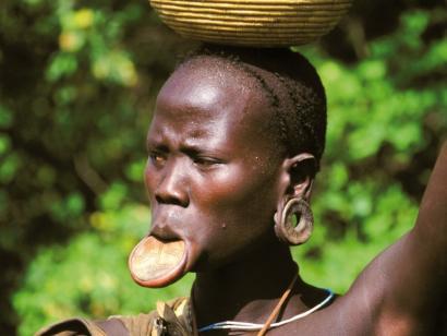 Reise in Äthiopien, Junge Erstfrau mit Lederhalsring (Hamer)