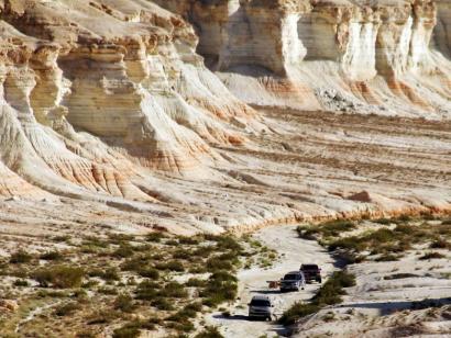 Reise in Turkmenistan, kleine Jeeps in großartiger Landschaft Yangisuw