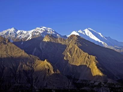 Reise in Pakistan, Der Nanga Parbat spiegelt sich im Gewässer auf der malerischen Märchenwiese.
