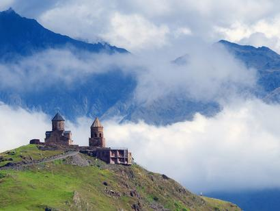 Reise in Armenien, Dreifaltigkeitskirche vor dem Kazbegi-Berg, Georgien.