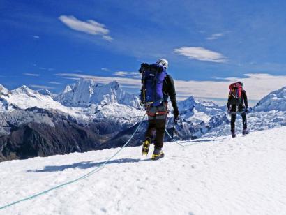 Reise in Peru, In der gerölligen Landschaft wirkt der schneebedeckte Gipfel des Nevado Pisco fast schon etwas unwirklich.