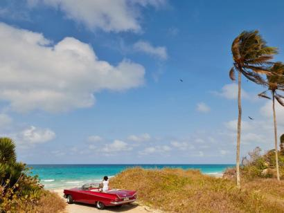 Reise in Kuba, Kubanerin im Oldtimer in Havanna