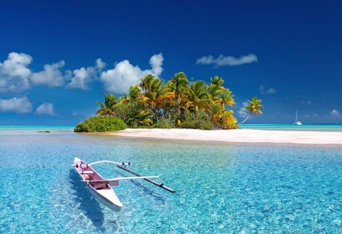 Reise in Französisch-Polynesien, Trauminsel mit Auslegerboot in der Südsee