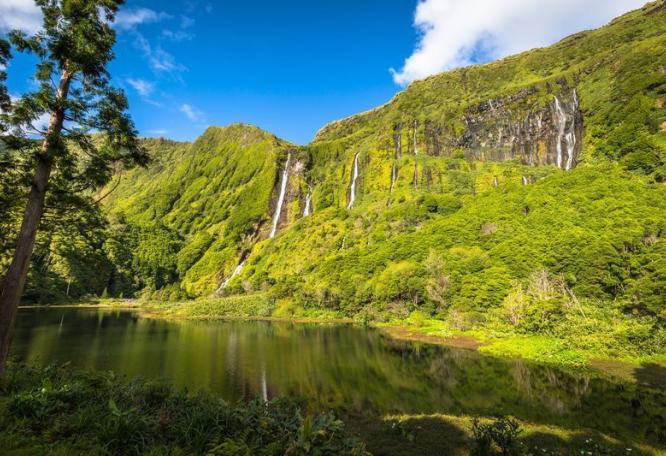 Reise in Portugal, Spaziergang zum versteckten Kratersee Poco da Alagoinha auf der Azoreninsel Flores