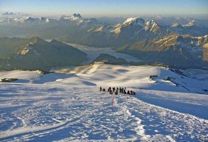 Reise in Russland, Trekking am Cheget mit Blick zum Elbrus