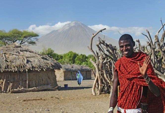 Reise in Demokratische Republik Kongo, Massai vor der Kulisse des Ol Doinyo Lengai