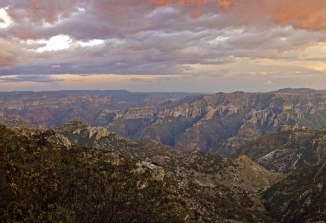 Reise in Mexiko, Sonnenuntergangsstimmung über der Sierra Tarahumara