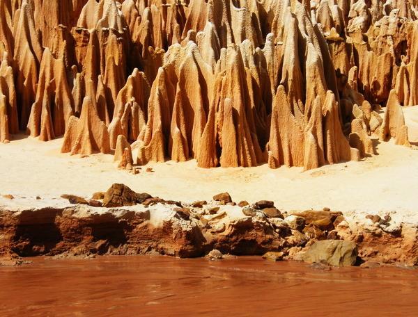 Reise in Madagaskar, Rote Sandstein-Formationen im Tsingy-Nationalpark