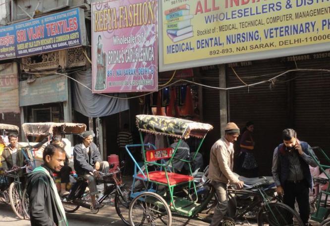 Reise in Indien, Rikscha-Fahrt durch die geschäftigen Gassen der Altstadt von Delhi
