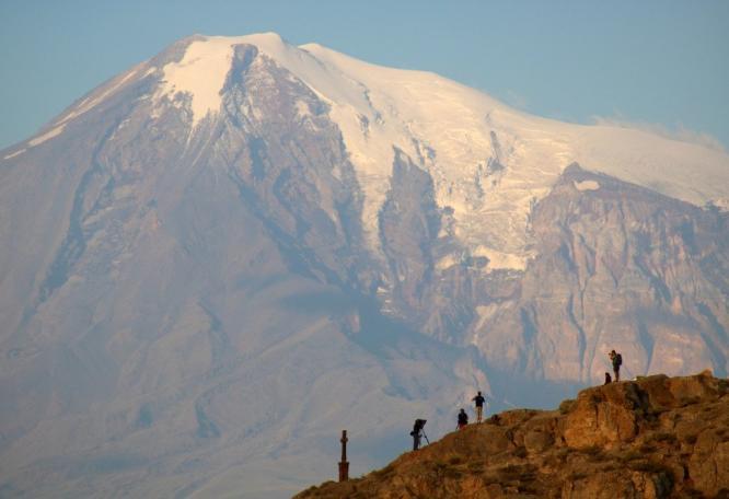 Reise in Armenien, Filmcrew am Morgen vor dem Ararat