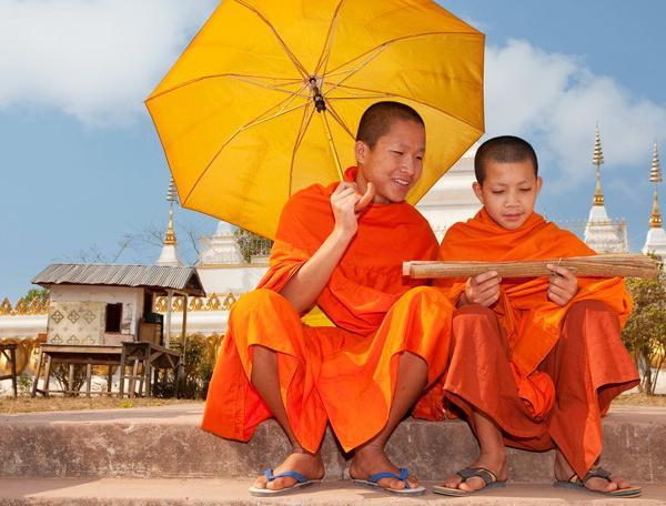 Reise in Laos, Junge Mönche bei der Lektüre alter Schriften in Laos