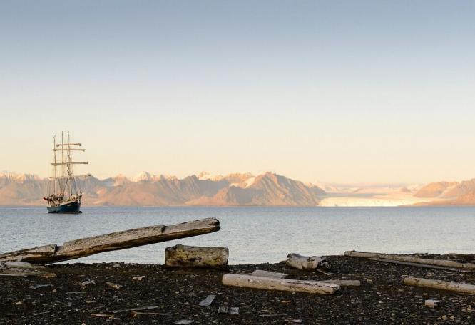 Reise in Arktis, Die Antigua vor Abendsonnenbergen