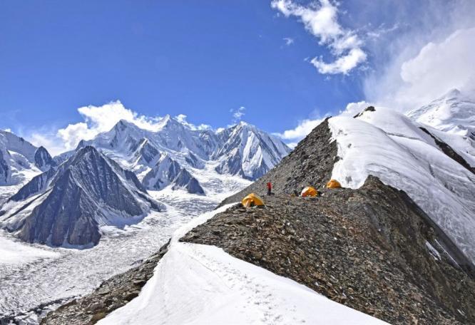Reise in Pakistan, Über weite, schneebedeckte Flanken geht es dem Spantik entgegen.