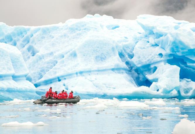 Reise in Grönland, Zodiactour an riesigen Eisbergen