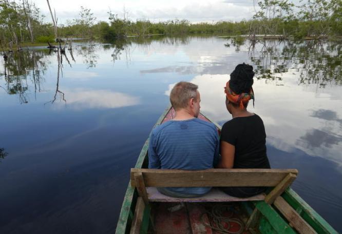 Reise in Suriname, Unsere Reisegruppe erkundet per Boot das Naturreservat Bigi Pan