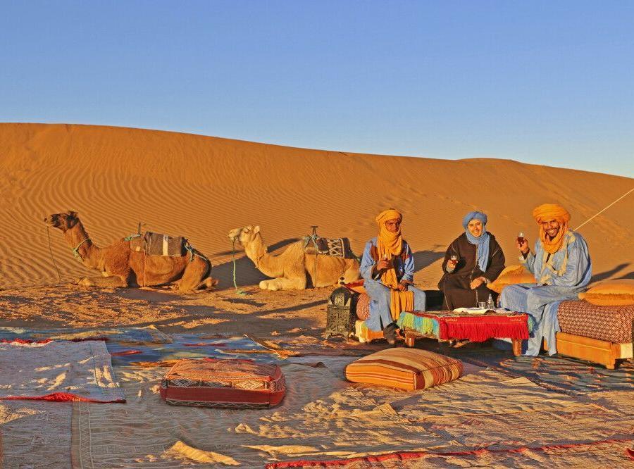 Reise in Marokko, Mittagsrast zischen den Dünen