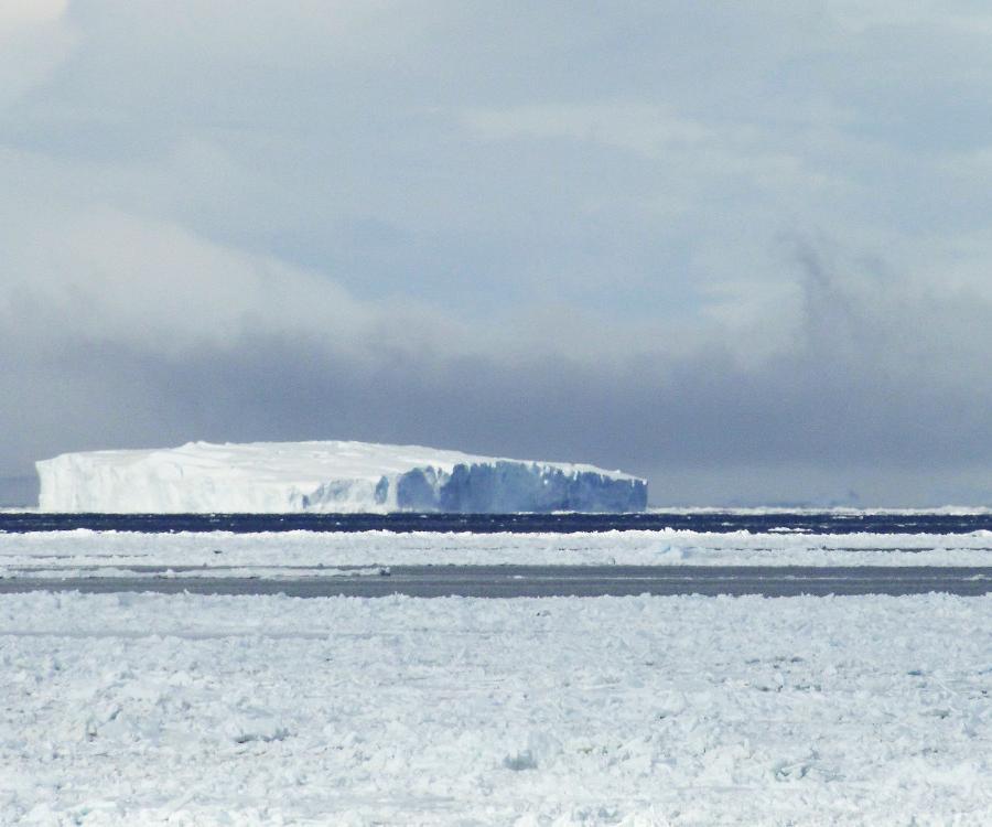 Reise in Antarktis, Packeis und riesiger Tafeleisberg im Weddellmeer