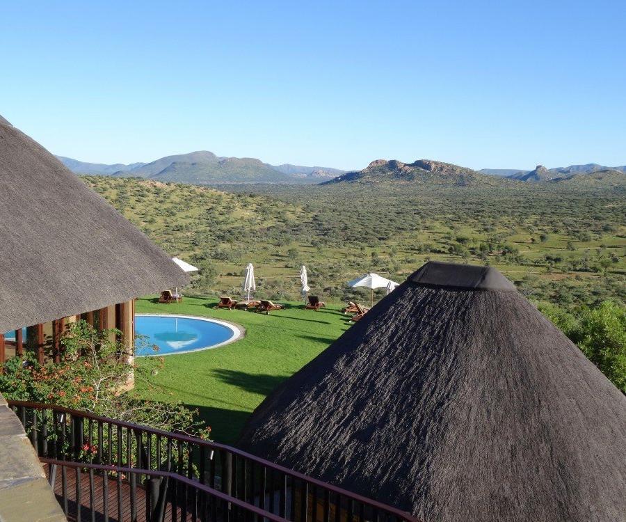 Reise in Namibia, Fantastischer Blick über den Pool und die weite Landschaft von Gocheganas.