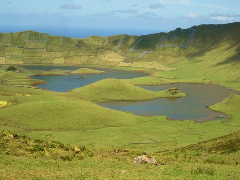 Reise in Portugal, Blick in den Einsturzkrater auf der kleinsten Azoreninsel Corvo