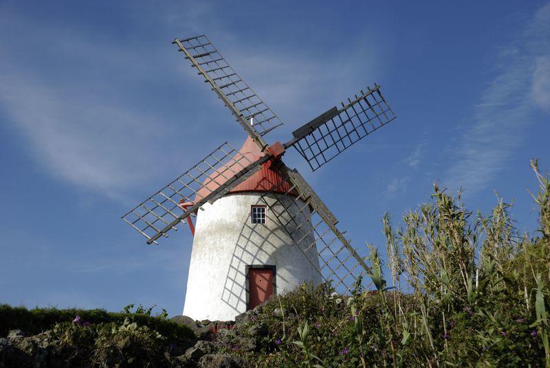 Reise in Portugal, typische Windmühle auf Graciosa