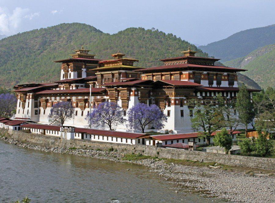 Reise in Bhutan, Unterwegs auf dem Druk Path Trek. Im Hintergrund thront der Jomolhari (7320m).