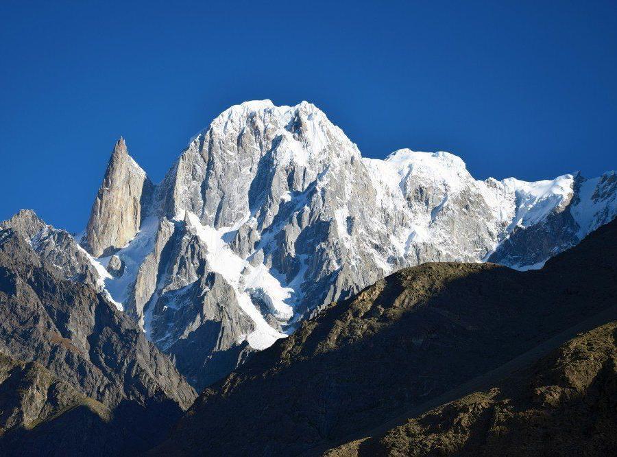 Reise in Pakistan, Wunderbare Laubfärbung mit dem Gipfel des Rakaposhi im Hintergrund.