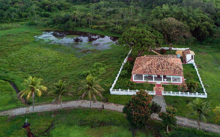 Reise in Brasilien, Blick auf das im Grünen gelegene Hotel Pousada