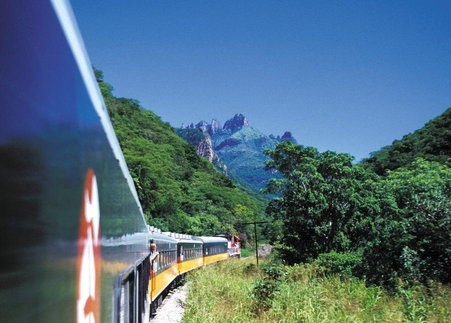 Reise in Mexiko, Der Zug Chepe durch die Kupferschluchten - eine der spektakulärsten Zugverbindungen der Welt
