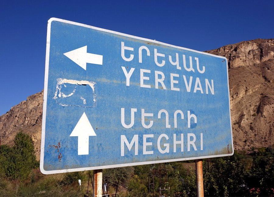 Reise in Armenien, Straßenschild