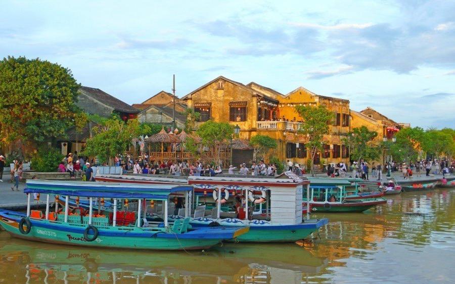 Reise in Vietnam, Fluss in der Mitte der malerischen Innenstadt von Hoi An