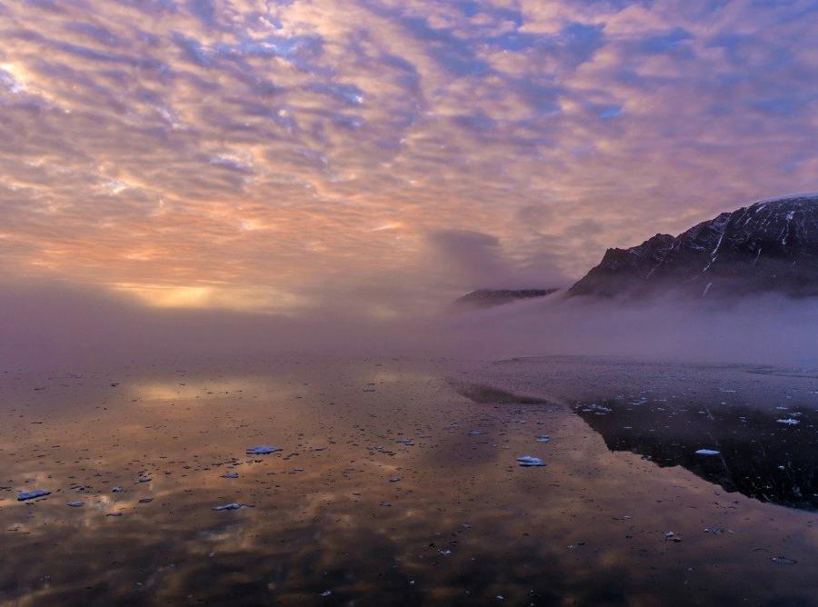 Reise in Grönland, Farbenprächtiges Gestein im Kaiser-Franz-Joseph-Fjord