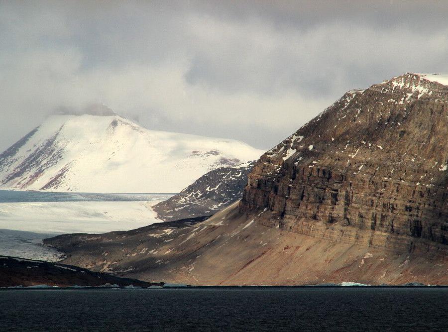 Reise in Grönland, Gewaltige Gletscher und schroffe Berge prägen Spitzbergen